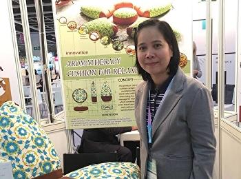 ผศ.ดร.รจนา จันทราสา อาจารย์ประจำสาขาวิชาการออกแบบผลิตภัณฑ์อุตสาหกรรม  นำผลงาน AROMATHERAPY CUSHION FOR RELAXING จากการวิจัยเข้าร่วมการประกวด ในงาน Hong Kong International Invention and Design Competition (IIDC) 2017  ณ ประเทศฮ่องกง